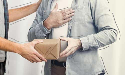 رفتارهای مالی پسندیده؛ صدقه و هدیه